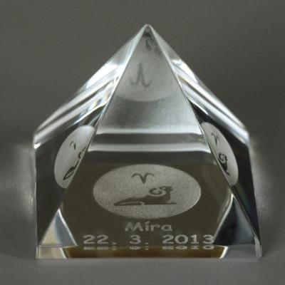 Pyramida se znamením a jménem